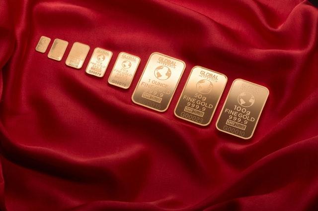 zlato na sametovém podkladu